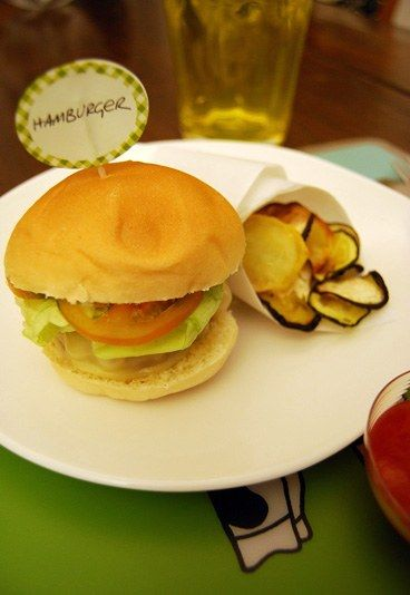 3 anni: mini hamburger con chips di verdure e ketchup #homemade   Le #ricette dedicate ai #bambini da 1 a 6 anni   #hamburger