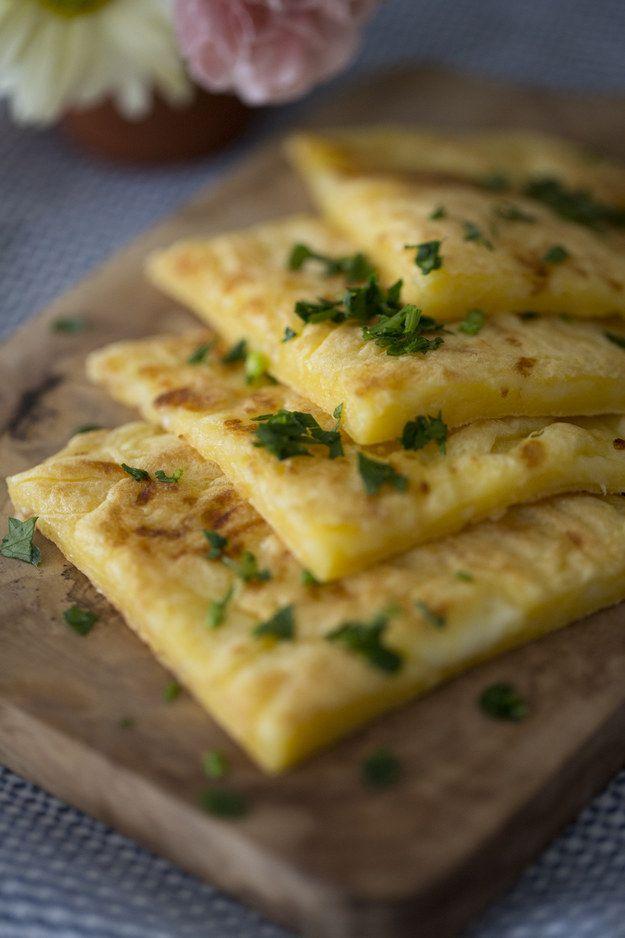 Pão de queijo de frigideira. | 10 lanchinhos ideais para comer enquanto assiste Netflix