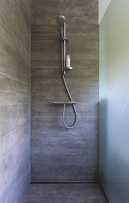 Af modish Betonfliser i badeværelse. Har en levende og grov struktur KW26
