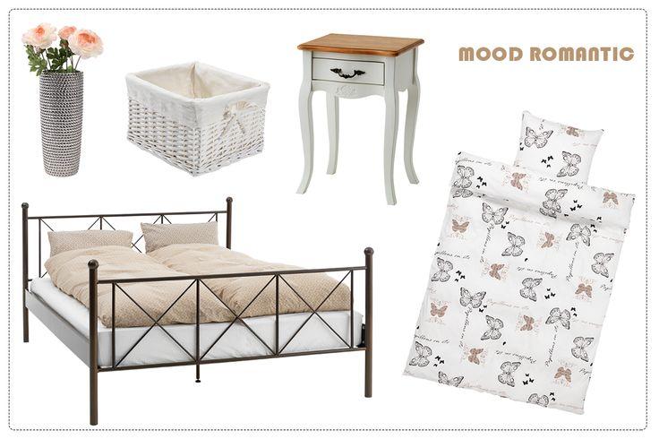 Un dormitor feminin, pentru firile romantice - cadrul de pat PANDRUP din oțel, noptiera STENILLE cu linii elegante, lenjeria de pat SIGNE cu fluturi.   JYSK