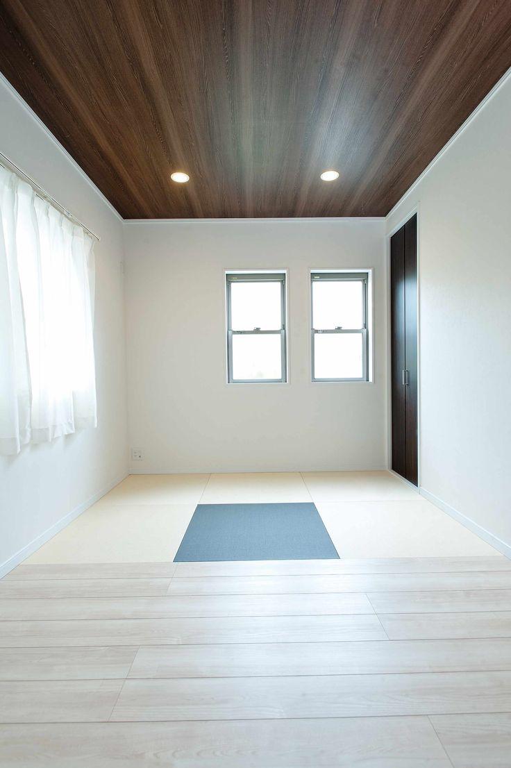 2015年04月02日の記事   施工例 ゲストルームは畳とフローリングを半々に。 天井のクロスや正方形の畳で和モダンを演出