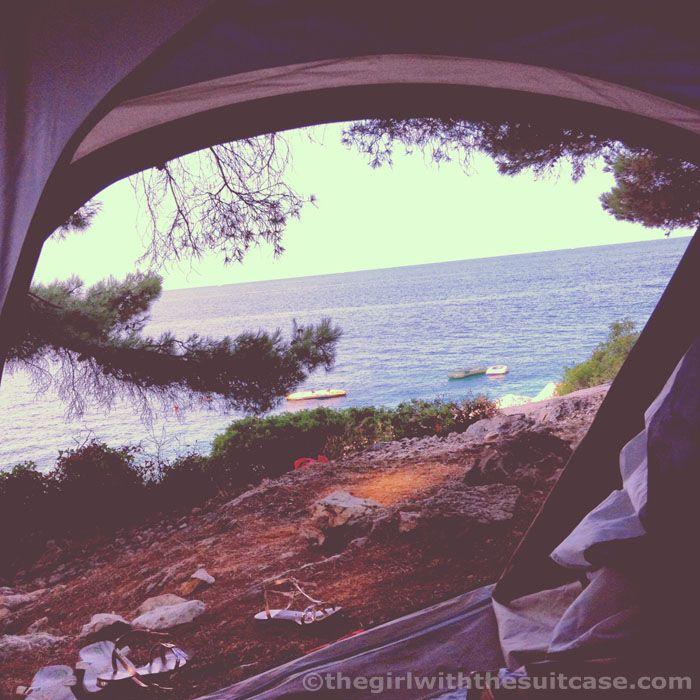 Organizzare un viaggio in campeggio: cosa serve sapere per viaggiare in camper o in tenda, a contatto con la natura, per un viaggio slow e on the road.