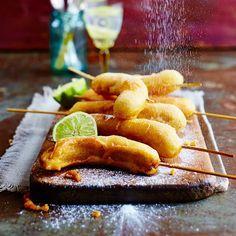 Gebakken banaan is eensuperlekkere zoete snack die overalte vinden is, van Macau tot Maleisië.Deze gefrituurde variant wordtpisang goreng genoemd en serveer je bijvoorbeeld bij nasigoreng.    1 Steek een houten...