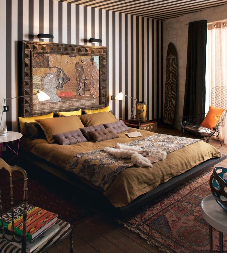 Una camera etnica, perche no. Un angolo d'Africa in casa, dalla carta da parati ai cuscini - senza esagerare, ma senza compromessi.
