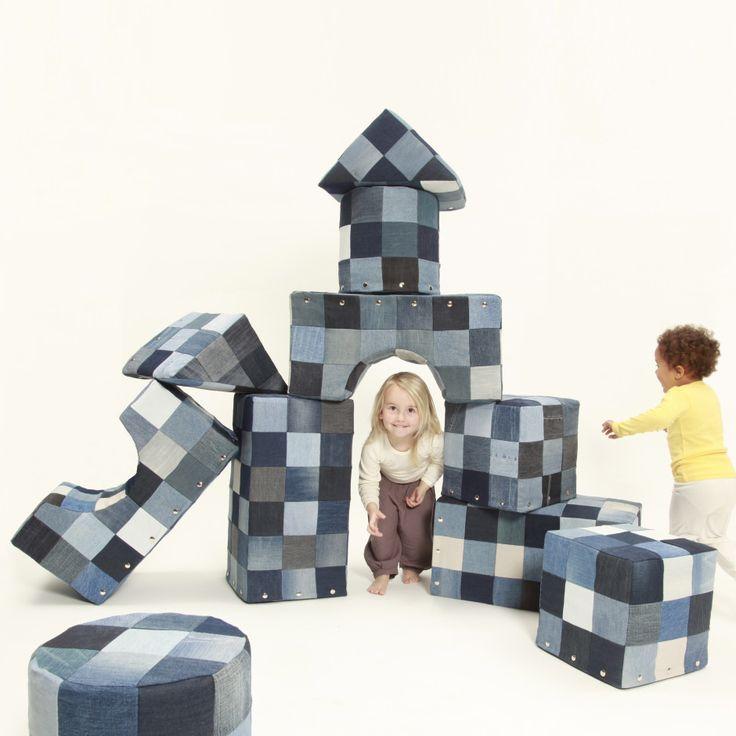 BluBloxx Giants zijn reuzenbouwblokken van schuimrubber en gerecycled denim bestaande uit vijf verschillende vormen. Alle enkele vormen kunnen met elkaar gecombineerd worden en bieden kinderen van elke leeftijd oneindig veel ruimte voor creativiteit en fantasie. Kinderen