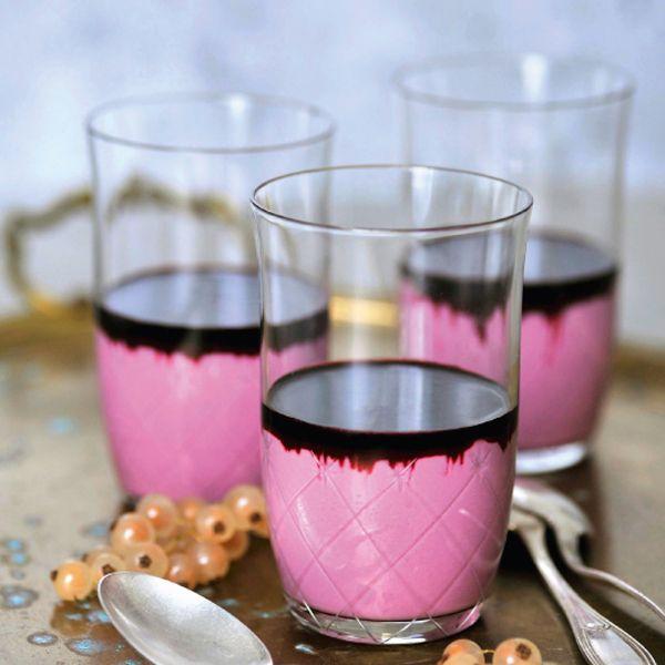 Statt rot und weiß kommt diese Panna cotta in Rosa und Lila ins Dessertglas. Ein echter Hingucker. Und herrlich fruchtig. Muss vier Stunden kühlen.