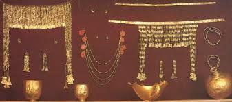 Tesoro di Priamo, attribuito all'epoca di Troia da Schliemann, risulta invece risalente al III millennio. Sono gioielli in oro. L'intero tesoro di Priamo è conservato in parte nel Museo Puskin a Mosca e in parte nell'ErmitagediSan Pietroburgo. I gioielli in questione sono al Puskin