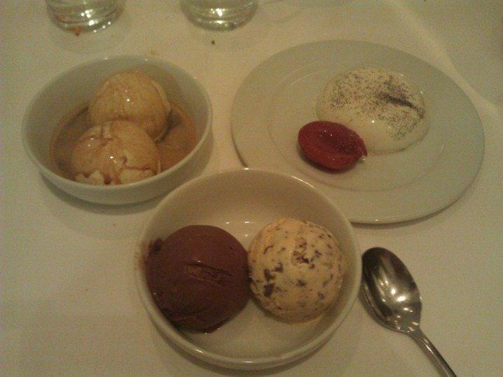 Yemek sonrasınde çekinerek de olsa 'bugün burdan tatlı yemeden gitmek olmaz' diyerek, üç ayrı tatlı aldık. Eytan Affagato kahveli dondurma, ben iki top dondurma, Sedef ise muhallebi aldı. Olağanüstü kullanabileceğim tek kelime !... http://www.geziyorum.net/zucca/