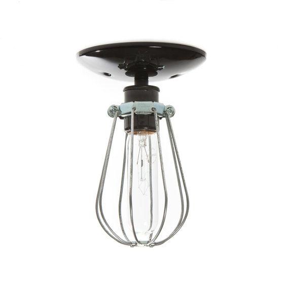 Deze Custom Made aan Order Industrial moderne kooi Light wordt geleverd met -Keramische Socket in wit of zwart (250 v Max) -Metalen draad kooi -Plafond van de luifel in wit of zwart -UL Listed Afmetingen Kooi-5 1/2 in Tall X ongeveer 4 in rond (past een Edison lamp) Plafond Canopy - 5 in rond met een universele Mount. Gewaardeerd voor 60 watt Max. Lampen zijn 120 volt, ons standaard / Canada spanning (bollen kunnen niet worden verzonden buiten de VS / Canada) Stopcontact en...