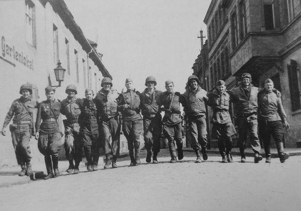 Советские и американские солдаты идут по улице Торгау 1945, портрет, Чтобы помнили