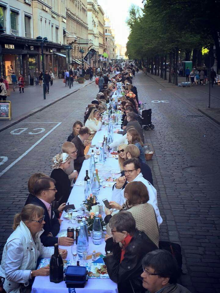 Dinner under Helsinki sky in Pohjoisesplanadi Street. The Event is organised by Yhteismaa ry and the photo is taken by Jaakko Blomberg