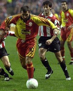 El jugador del Galatasaray Gica Hagi controla el balón rodeado de los defensores del Athletic Iñigo Larrainzar (izquierda) y Txomin Nagore (derecha)