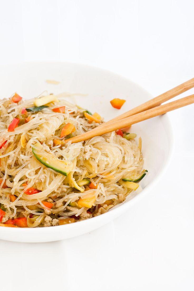 Gli spaghetti di soia saltati sono un piatto tipico della cucina cinese, molto leggero e gustoso.