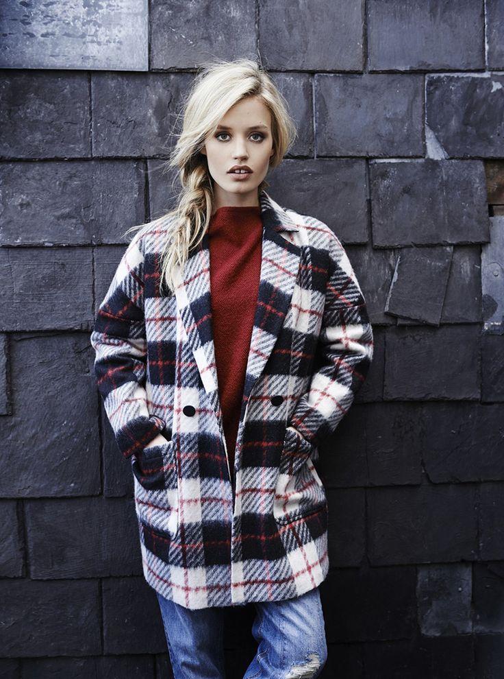 Фото модного пальто оверсайз в клетку с джинсами бойфрендами