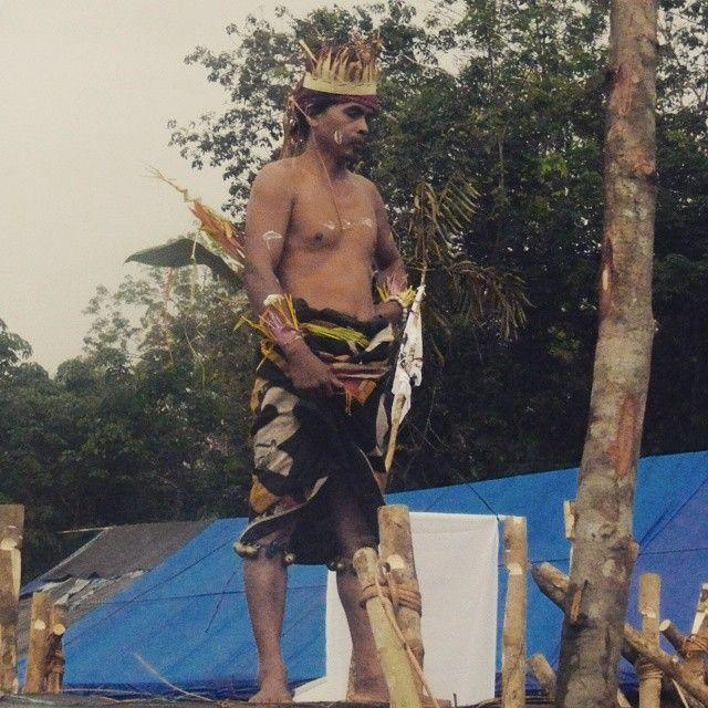 Pak Asuy dengan pakaian tradisional Belian Dayak Benuaq  Pak Asuy in Traditional Costume For Customaty Rituals Belian of Dayak Benuaq  #Customary #rituals #Belian #Guguq_Tautn #Indigenous #peoples #Dayak #Benuaq #Ohonk_Sangokng #Muara_Tae #West_Kutai #Kutai #Barat #Kubar #EastBorneo #Indonesia  #Amazing #beautiful #Fantastic #amankaltim