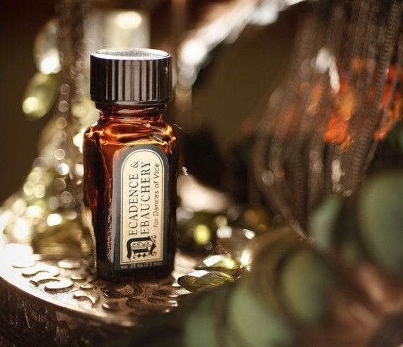 This botanical base of immortelle petals, resins, and violet leaves is smothered in smooth layers of tobacco and vanilla bourbon. Ripe blood oranges, bergamot, and oponopax round out the top of this intense and androgynous concoction, suitable for burlesque beauties, Victorian darlings, and vaudeville sensations alike.