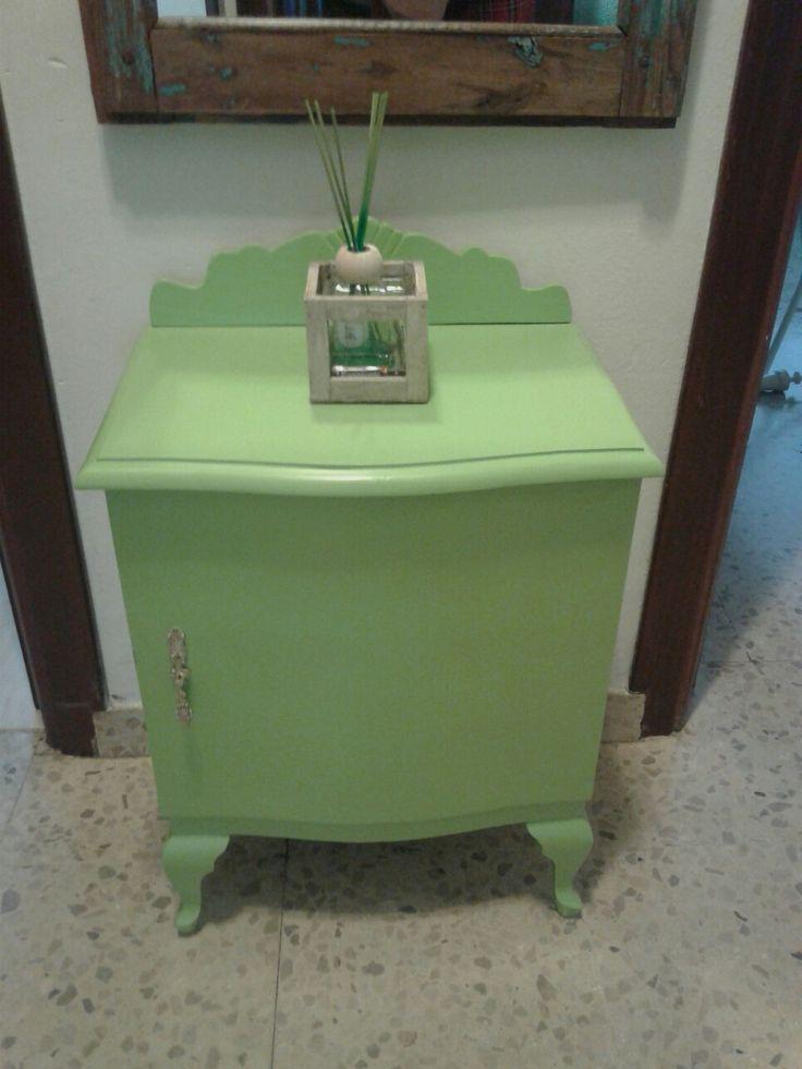 Mesilla restaurada con copete nuevo y pintadita de verde pistacho para alegrar la entrada de casa!