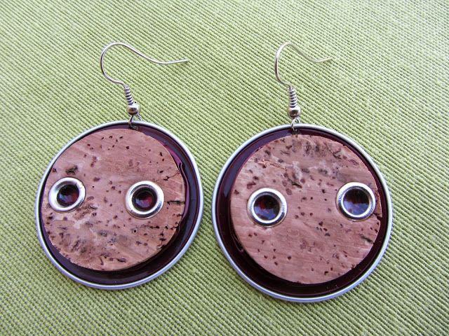 Orecchini realizzati dal riciclo di tappi di sughero di bottiglie di prosecco, montati su cialda del caffè in alluminio