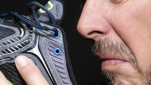 ¿Para qué sirve ese agujero extra en la zapatilla deportiva?