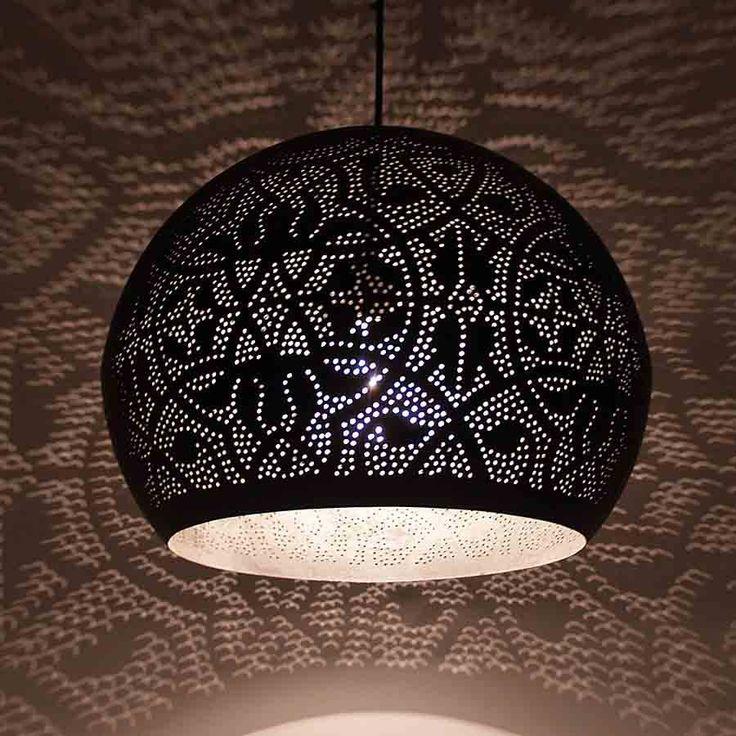 Mat zwarte buitenkant en een bladzilveren binnenkant maat deze oosterse filigrain lamp tot een echte sfeermaker in huis.