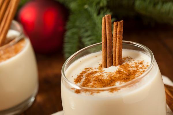 El coquito es un cóctel originario de Puerto Rico y se sirve durante los días de Navidad. Se prepara a base de crema de coco, leche evaporada y condensada, y ron...