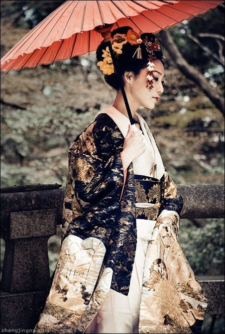 Modeling traditional accessories in Japan. Umbrella, uchikake (over-kimono), kimono, obi, kanzashi, and more. Image via Pinterest