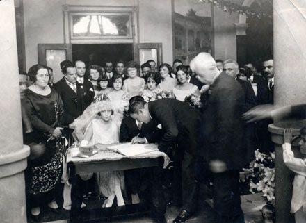 El general Calles firma el acta del matrimonio de su hija Natalia con Carlos Herrera. Doña Natalia, extrema izquierda, presencia el acto. Colección particular.