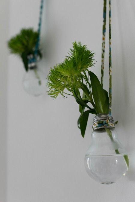 Toutes les explications pour réaliser pas à pas des soliflores en ampoule. Un joli DIY pour créer des mini-vases suspendus et une déco originale.