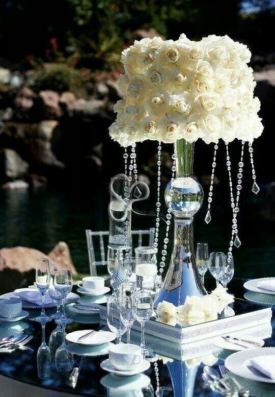 Elegante abat-jour floreale con cascate di cristallo per un evento in stile parigino