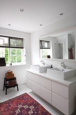 Mueble de baño hecho con mesitas de Ikea