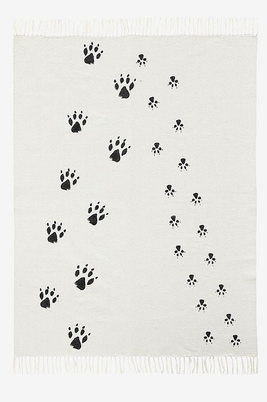 Cool matta med tassavtryck från Kids Concept Stor härlig vit matta med svarta tassavtryck i olika storlekar. Passar att leka på i alla barnrum och även en snygg matta för de lite äldre. Mått: 140 x 175 cm