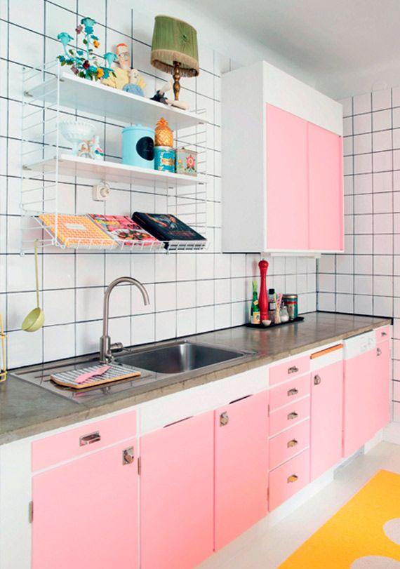 Que tal mi cocina en rosa? La encimera y los complementos deberían ser en gis metal.