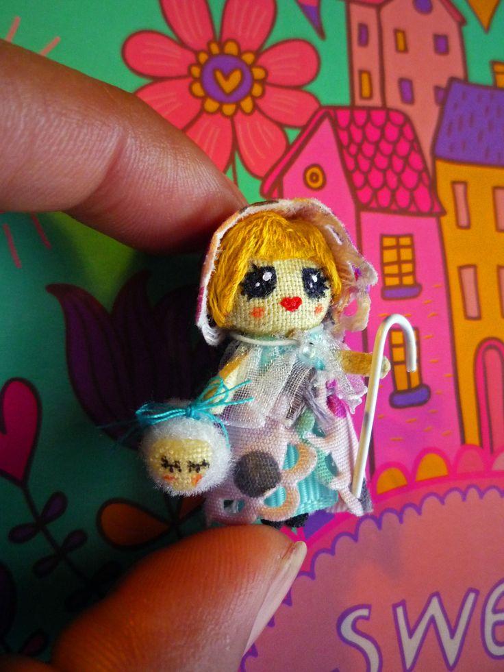 Lamb had a litlle Mary: Muñeca de trapo miniatura. Miniature rag doll. By Georgina Verbena