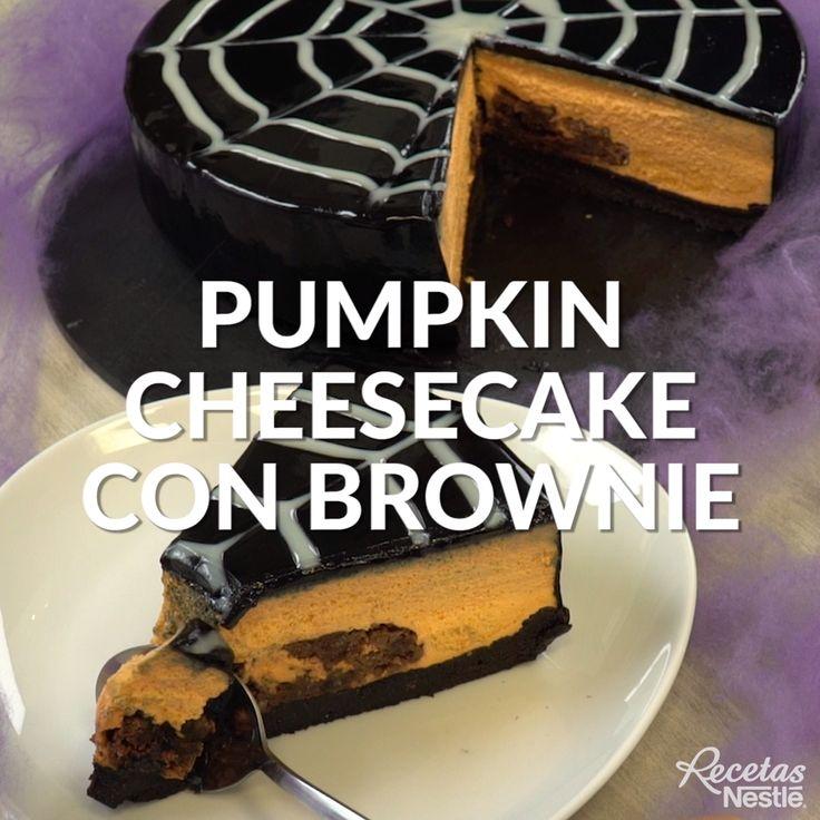Sorprende a tus invitados en tu fiesta de #HALLOWEEN con este #PUMPKIN #CHEESECAKE con #BROWNIE 🕸️🕷️¡Enséñanos como te quedó! Halloween Gif, Halloween Cupcakes, Pumpkin Cheesecake, Easy Desserts, Pancakes, Deserts, Tasty, Sweets, Baking