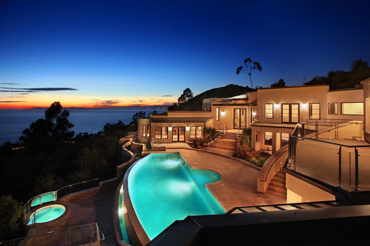 An infinity pool overlooks laguna beach from a very private hilltop pools of pleasure - Big mansions with pools on the beach ...