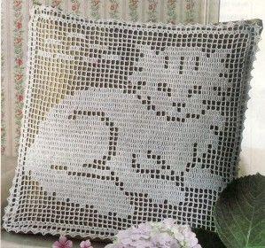 Un ravissant coussin très facile à faire soi-même au crochet filet à motif de chat. de quoi égayer votre fauteuil. Voici le chaton qui ronronne. La bordure. Vous pouvez télécharger le tutoriel PDF de ce modèle en cliquant dans le rectangle blanc qui suit...