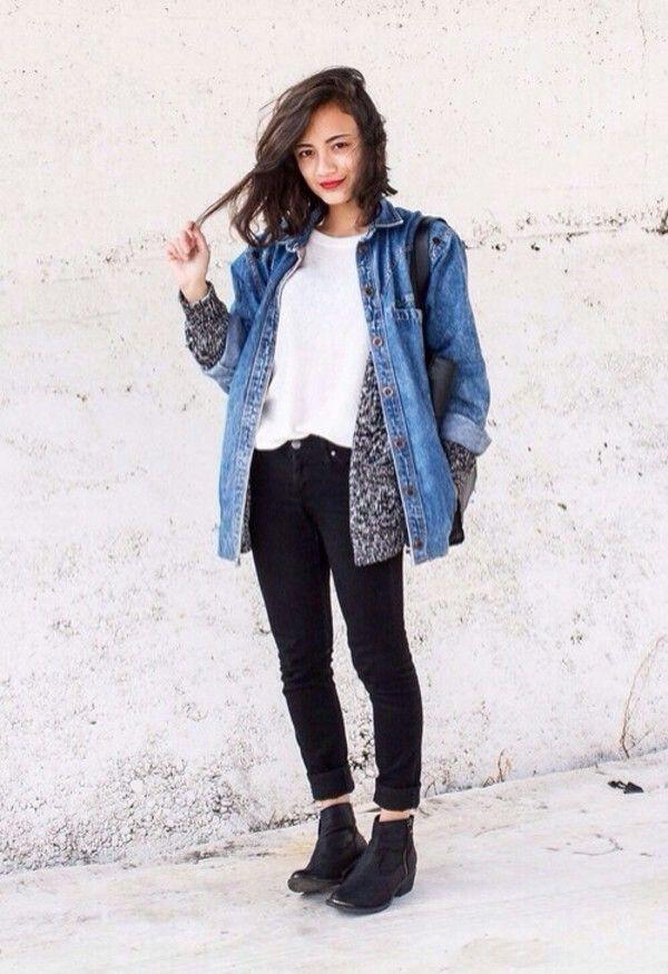 A jaqueta jeans com a cakça jeans preta é uma ótima combinação e repare que a barra da calça está enrolada para realçar a bota