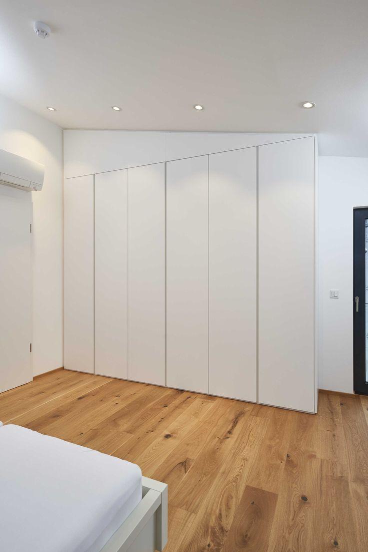 Dieser Schlafzimmerschrank ist weiß supermatt beschichtet ...