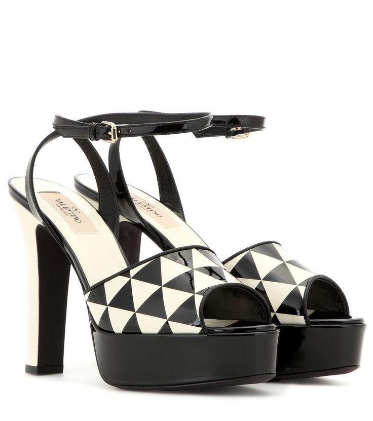 Schwarz-weiße Sandalen aus Lackleder By Valentino