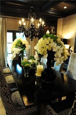 Kris Jenner dinnerDecor, Dining Rooms, White Flower, Chairs, Dining Room Tables, Dinning Room, Black White, Diningroom, Elegant Dining