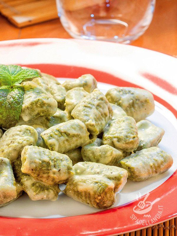 Green gnocchi with cream and parmesan - Gli Gnocchi verdi alla panna e parmigiano, a base di patate e spinaci piaceranno a tutti, anche ai bambini allergici alle verdure! Golosissimi! #gnocchiverdi