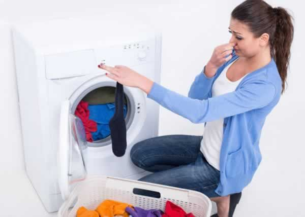 Simple DIY solution for a smelly washing machine! All you need is baking soda…