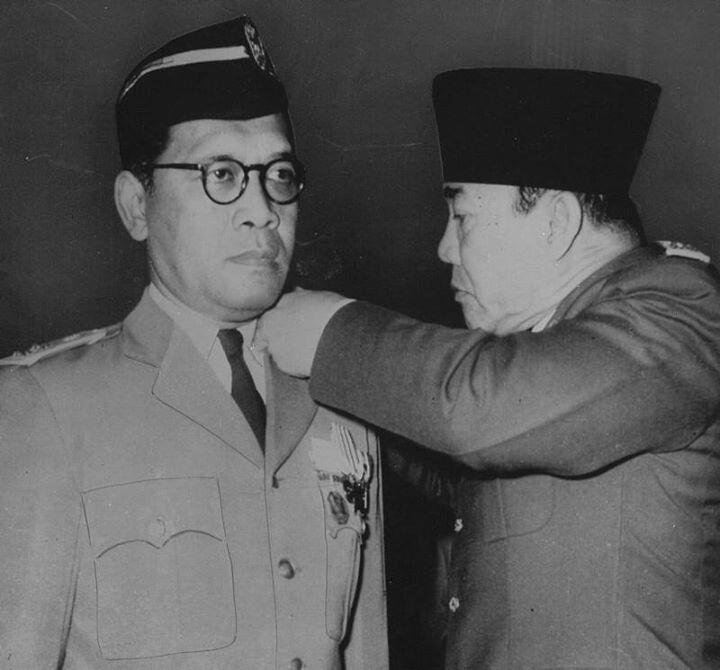 Soekarno menobatkan bintang penghargaan ke sultan hb 9- 1960