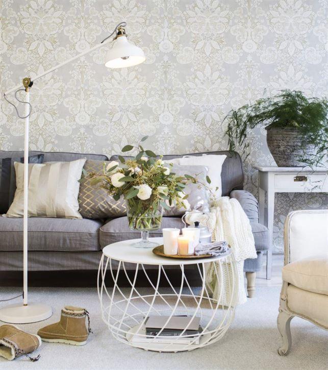 Belysningen är speciellt viktig runt soffan och soffbordet där folk ofta sitter. En riktbar golvlampa vid soffgaveln är bra för den som vill läsa, och mer flexibel än en väggfast lampa. Tresitssoffa Stocksund, 4 995 kronor. Lampa Ranarp längst till vänster, 499 kronor. Randiga kuddfodral i soffan, 59 kronor styck, pläd Vinter, 249 kronor, allt från Ikea. Zigzag-mönstrat kuddfodral, 349 kronor, Cozy living. Grå kudde, 349 kr, Cozy Living. Vit kudde 219 kr, Axlings Linne. Matta Lucy, 170 x 240…