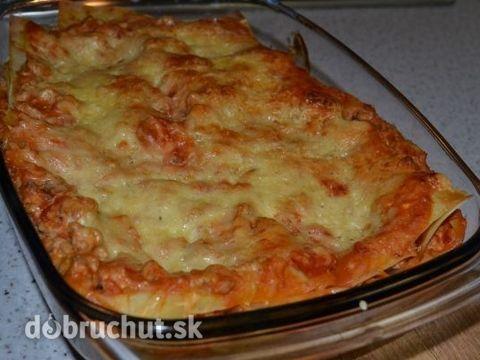 Fotorecept: Lasagne -  Nakrájame cibuľu nadrobno a osmažíme na troche oleja, pridáme mleté mäso, lyžičku oregana, mletej rasce, mletého...