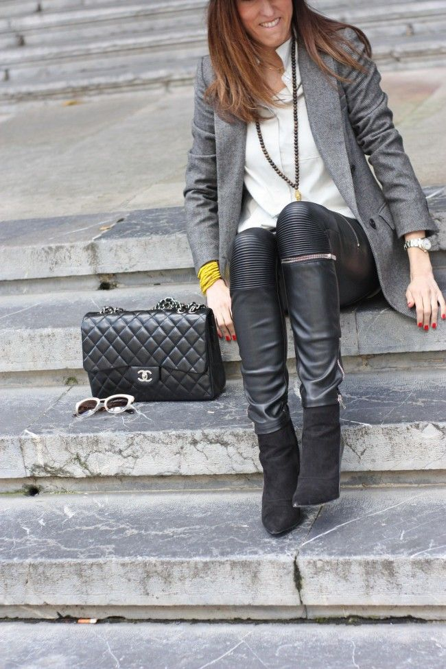 Look con pantalones pitillo con cremalleras, chaqueta gris, camisa gris perla y bolso Chanel 2.55 por The Highville  Skinny zipped trousers, grey shirt, grey blazer and 2.55 Chanel bag by The Highville  https://thehighville.com/blog/pantalones-negros-con-cremalleras/  #outfit #looks #fashion #streetstyle #chanelbag