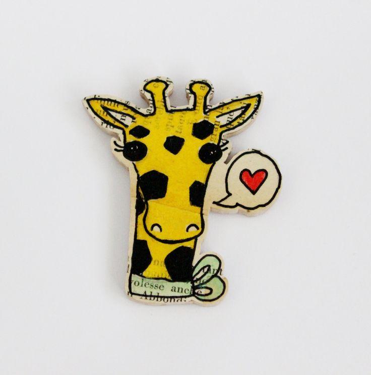 Una giraffa a calamita! Base in legno, superficie con pagine di vecchi libri, disegno e ritaglio a mano! Simpatico fumetto con un cuore! di IlluminoHomeIdeas su Etsy