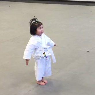 Il ninja in erba diventa virale. Guardate questa bimba di 3 anni alle prese con le arti marziali…