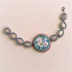 Bracelet tissé cabochon tissu fleuri bleu, perle de rocaille, perle palet rose, fait main