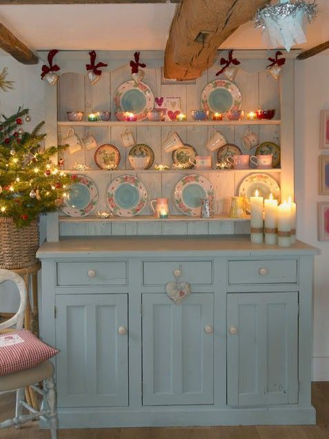 Kitchen Cheer, lights by the cabinet brings cosiness and attention to it!